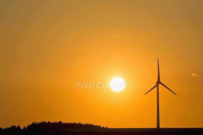 Roue de vent et soleil du soir — Photo de stock