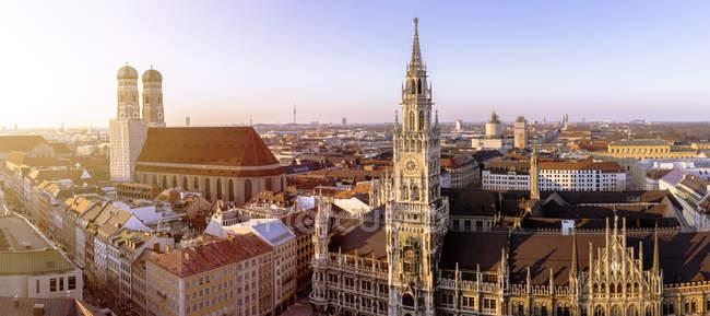 Deutschland, Bayern, München, Frauenkirche und Neues Rathaus am Marienplatz, Stadtpanorama — Stockfoto