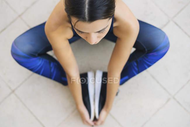 Esportiva jovem mulher sentada — Fotografia de Stock