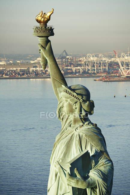 Stati Uniti, Stato di New York, New York, Veduta della Statua della Libertà, Porto di New York sullo sfondo — Foto stock