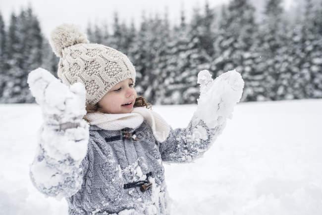 Щасливі кавказька дівчина в зимовий пейзаж — стокове фото