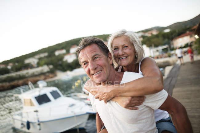 Porträt eines glücklichen Senioren-Paares im Urlaub — Stockfoto