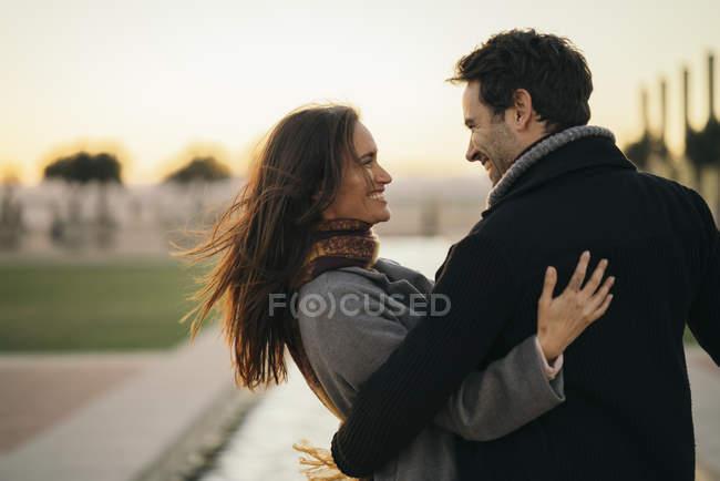 Счастливая влюбленная пара обнимается на открытом воздухе — стоковое фото