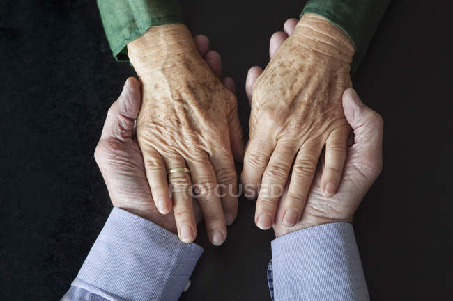 Älteres Paar Hand in Hand, close-up — Stockfoto