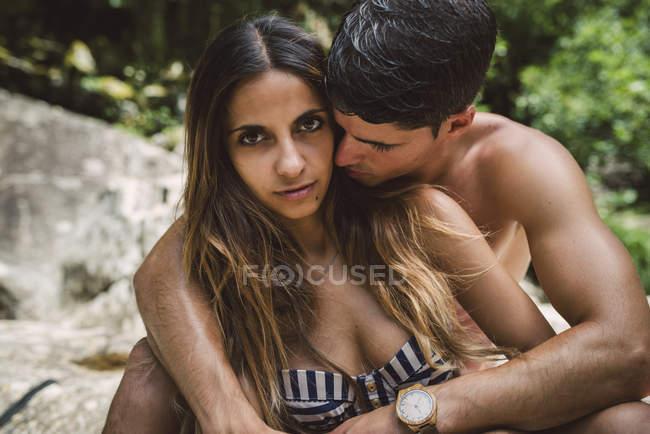 Засмагла молода пара в любові — стокове фото