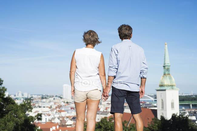 Slowakei, Bratislava, Rückansicht des Paares betrachten — Stockfoto