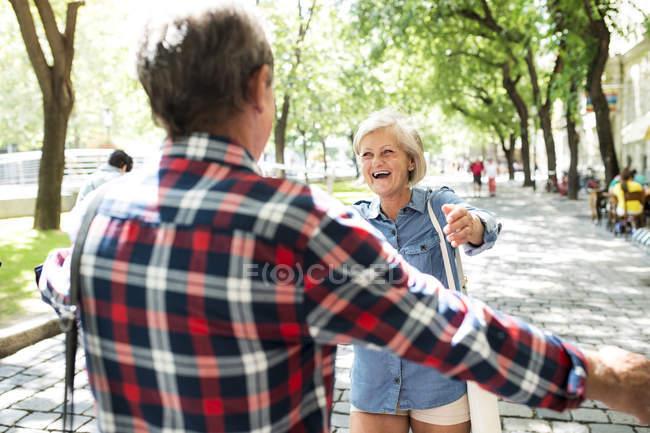 Felice coppia anziana carino incontrarsi al parco — Foto stock