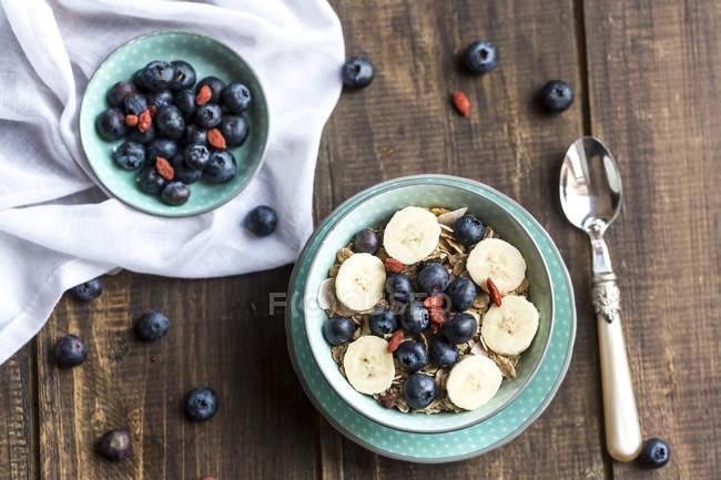 Чорниця мюслі з wolfberries і бананові шматочки — стокове фото