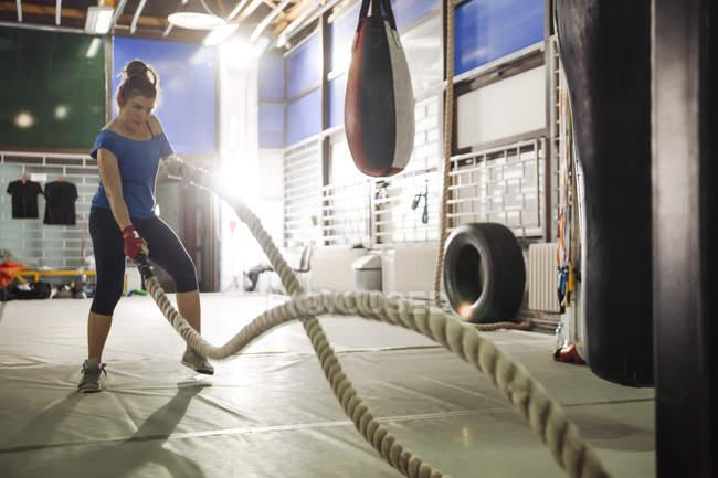 Жінки здійснюють мотузками в тренажерний зал — стокове фото