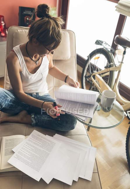 Женщина дома работает над сценарием — стоковое фото