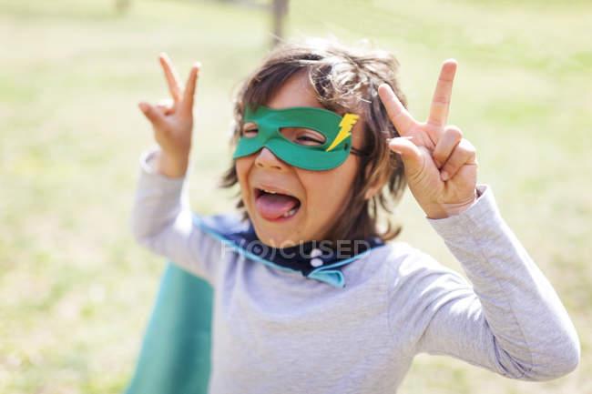 Портрет косых знаков победы маленького мальчика — стоковое фото