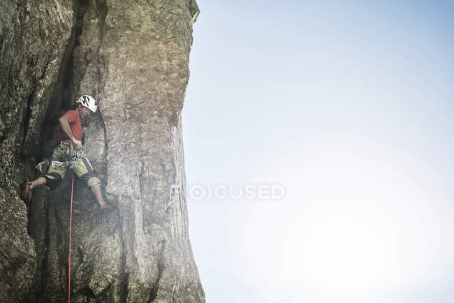 Man climbing a rock wall at daytime — Stock Photo