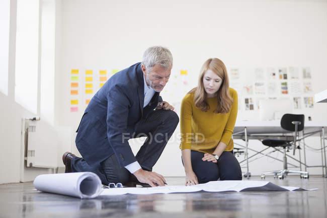 Deux architectes projet discuter — Photo de stock