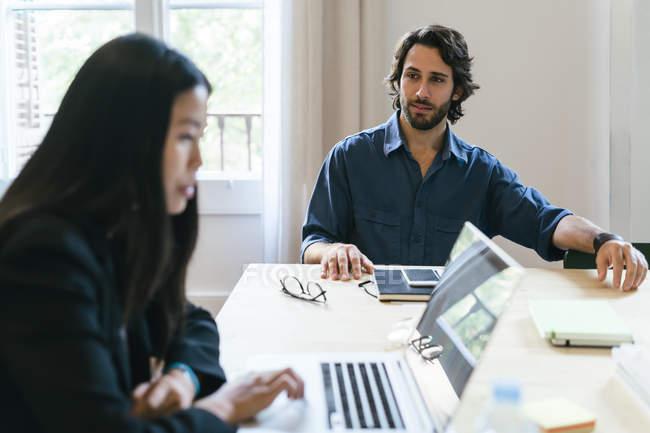 Empresários trabalhando juntos no escritório moderno — Fotografia de Stock