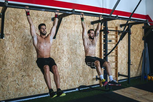 Kaukasische sportlichen Mann Übungen im Fitness-Studio — Stockfoto