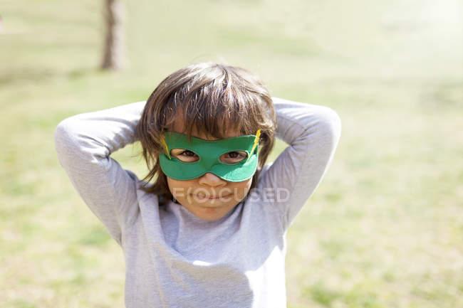 Porträt eines kleinen Jungen mit grüner Augenmaske — Stockfoto