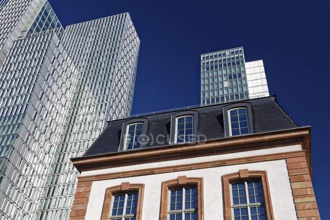 Germania, Assia, Francoforte, grattacieli e edificio storico — Foto stock