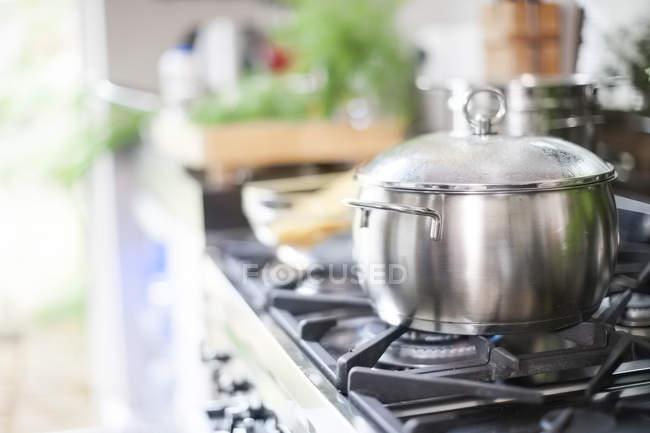 Каструлю на плиту в інтер'єрі кухні — стокове фото