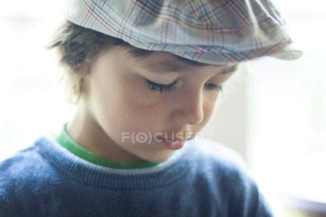 Retrato de menino usando boné — Fotografia de Stock