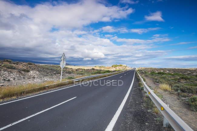 Испания, Тенерифе, пустая дорога днем — стоковое фото