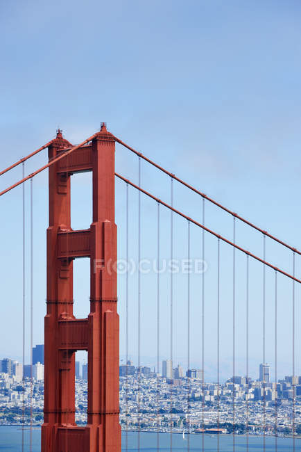 Крупним планом Голден Гейт Брідж та видом на затоку Сан-Франциско на фоні, Каліфорнія, США — стокове фото