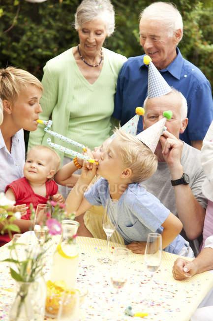 Расширенной семьи и друзей с днем рождения Вечеринка в саду — стоковое фото