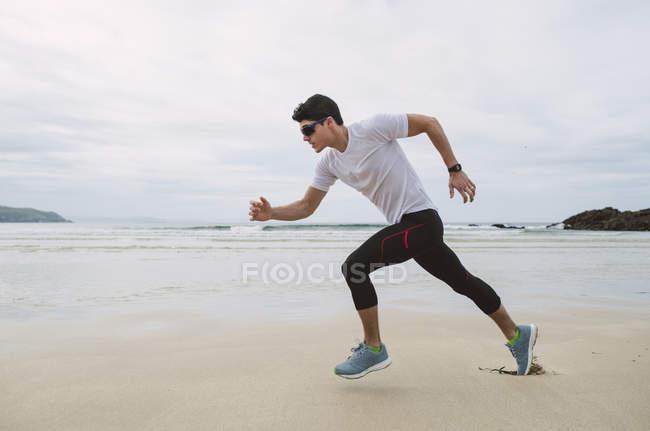 Молодого спортсмена тренування на пляжі — стокове фото