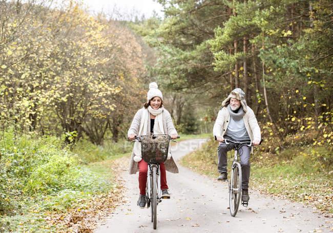Casal sênior fazendo uma viagem de bicicleta — Fotografia de Stock