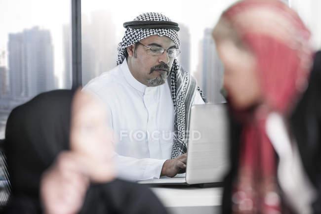 Ближневосточный человек, работающий в офисе — стоковое фото