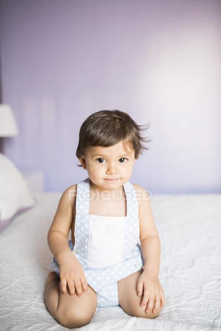 Porträt des jungen auf Bett kniend — Stockfoto