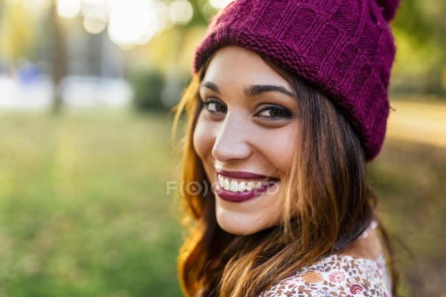 Портрет усміхнений молода жінка капелюсі волохатий — стокове фото