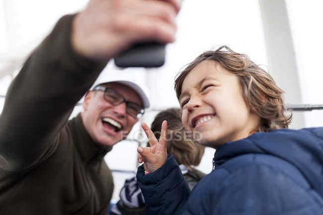 Lachende Vater nehmen ein Selbstporträt mit Söhnen — Stockfoto