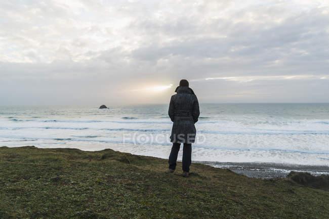 Frau an der Küste, Frankreich, Bretagne, finistere, Halbinsel Crozon — Stockfoto