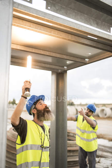 Two workers examining metal structure — Stock Photo