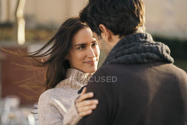 Retrato de la mujer feliz de pie cara a cara con el hombre - foto de stock