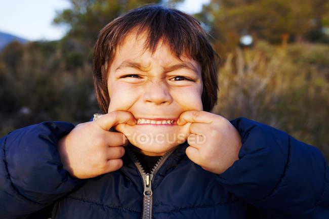 Porträt des kleinen Jungen lustige Grimassen — Stockfoto