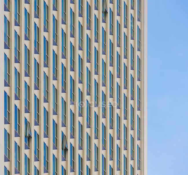 Vista de Alemania, Frankfurt, de fachada contra el cielo - foto de stock
