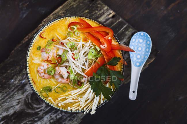 Вид зверху азіатських Laksa каррі кокосові суп — стокове фото