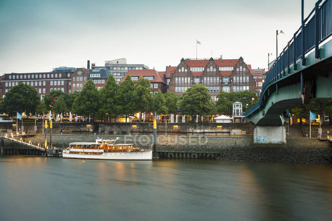 Germany, Bremen, on the River Weser, Schlachte view of river and bridge over water — Stock Photo