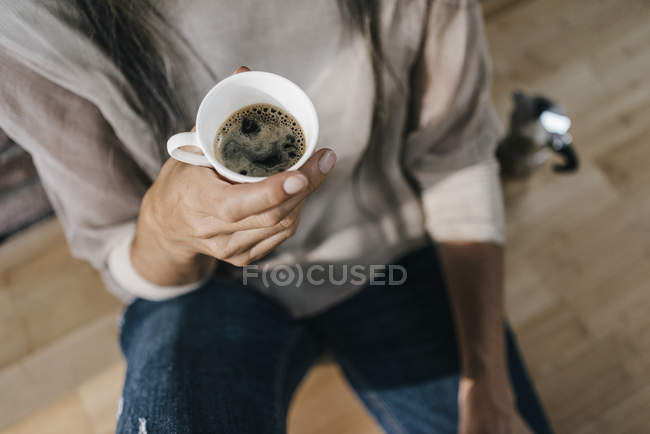 Female hand holding cup of coffee — Stock Photo