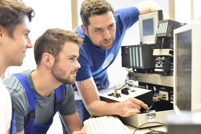 Fachlehrer unterrichten von Schülern am Computer-Bildschirm — Stockfoto