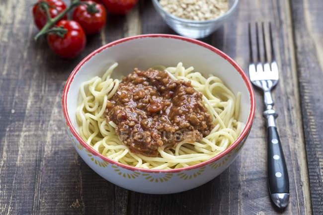 Spaghetti mit vegetarischer Bolognese in Schüssel, Soja-Fleisch — Stockfoto