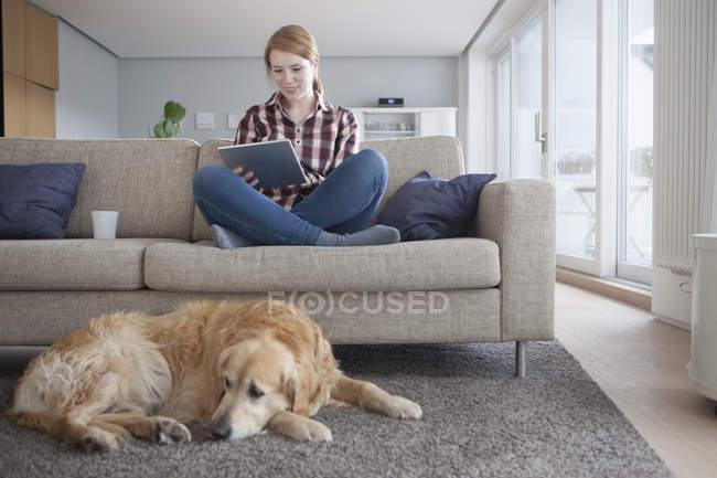 Frau nutzt digitales Tablet — Stockfoto