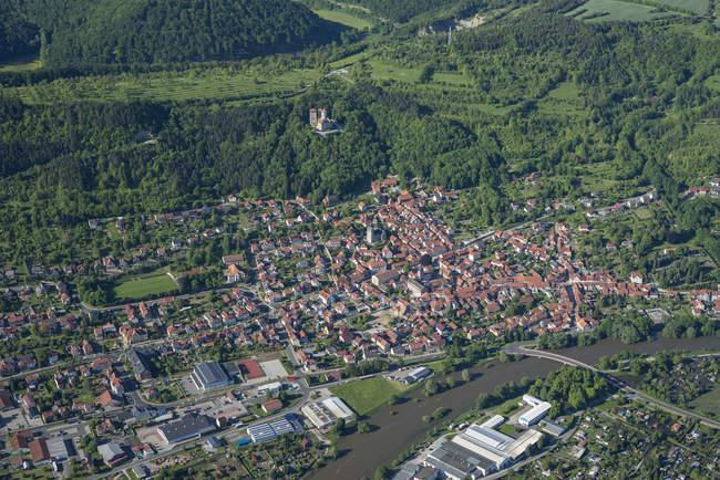 Германия, Юрт, вид с воздуха на город с развалинами замка Норштейн — стоковое фото