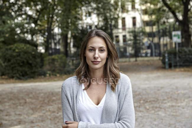 Porträt einer lächelnden jungen Frau im Freien — Stockfoto