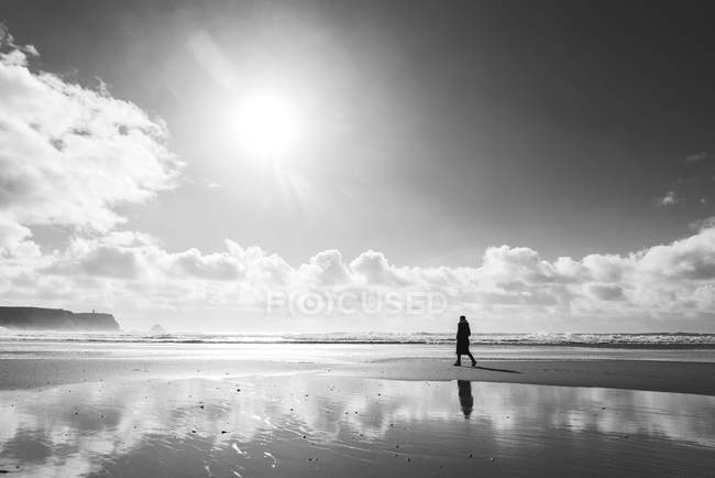 Frau am Strand bei Gegenlicht, Frankreich, Bretagne, finistere, Halbinsel Crozon — Stockfoto