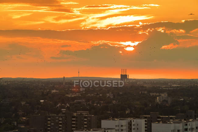 Allemagne, Berlin, paysage urbain avec ciel nuageux au coucher du soleil — Photo de stock