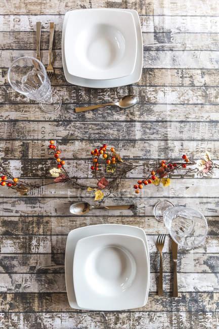 Dos cubiertos en la mesa decorada otoñal - foto de stock
