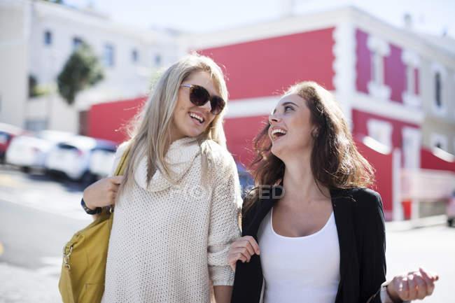 Два щасливі молодих жінок в місті — стокове фото