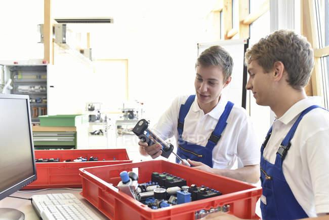 Два студенти, які працюють з пневматика комплектуючі — стокове фото